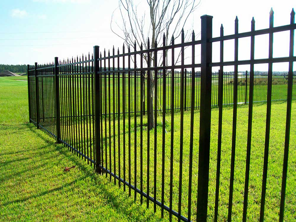 если забор из металлических прутьев фото брендом Sivera