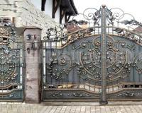Кованые заборы и ворота еще сотни лет назад считались признаком богатства и знатности хозяина дома.